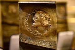 1. Medalion z wizerunkiem Cypriana Norwida, widniejący na statuetce Nagrody im. C. K. Norwida