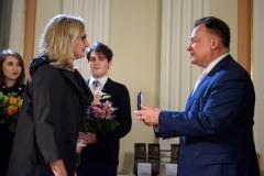 16. Lilianna Stawarz odbiera Medal Pamiątkowy
