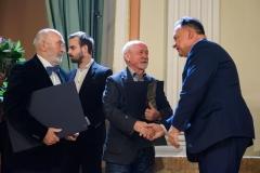 26. Laureaci Jan Kucz i Antoni Janusz Pastwa odbierają gratulacje od Marszałka Adama Struzika