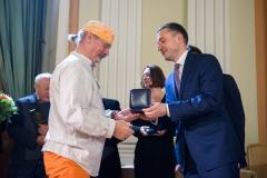 32. Andrzej Kalina odbiera Medal pamiątkowy z rąk Ludwika Rakowskiego