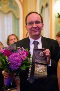 Artur Szklener ze statuetką Nagrody im. Cypriana Kamila Norwida