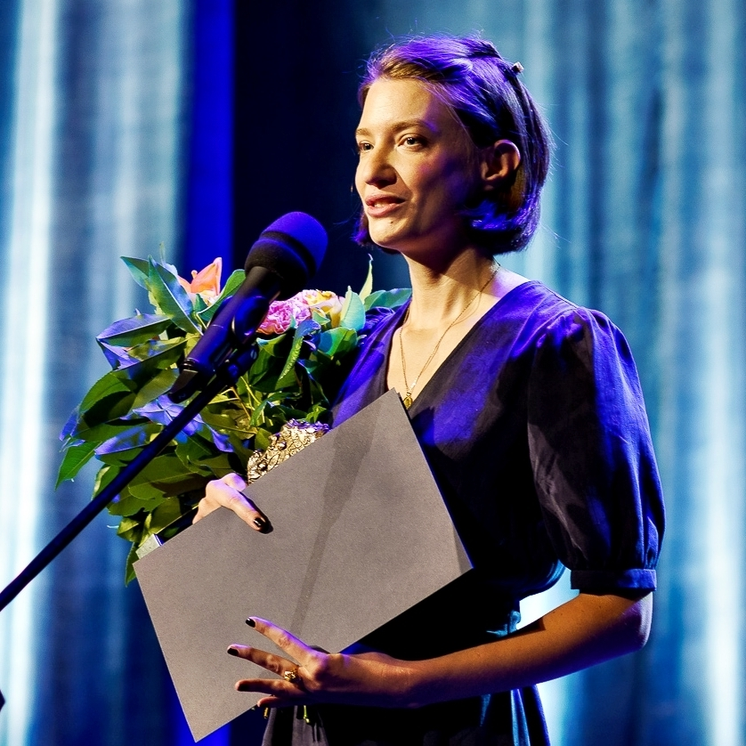 Maria Karpińska stoi przy mikrofonie